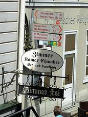 Monschau in der Eifel lebt zu einem großen Teil vom Fremdenverkehr. (R.S. aus W.) Tags: europa deutschland germany fachwerk fachwerkhaus dorf eifel westwall monschau rur roer hotel restaurant schild hinweisschild wegweiser zimmer kamer chambre bed breakfast