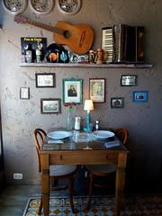 hunsen haus (jakza - Jaque Zattera) Tags: restaurante antiguidade violão mesa gaita musica