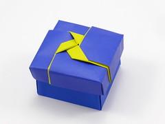 Box with Pajarita (color change) (Michał Kosmulski) Tags: origami box pajarita papiroflexia colorchange kamipaper michałkosmulski blue yellow