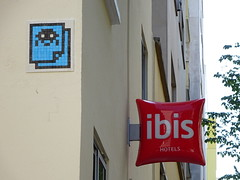 PA 0942 réactivé / Space Invader (Archi & Philou) Tags: spaceinvader pixelart streetart mosaïque réactivation reactivated mosaic carreau tiles paris13 hôtel ibis