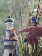 Dort ist der Spaßvogel! (ingrid eulenfan) Tags: spas humor fun myrighthand meinerechtehand hand finger spassvogel schlumpf smurf pirat jester pirate leuchtturm bird vogel