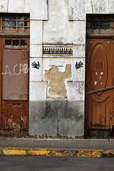 Das Gespenst des Kapitalismus? (universaldilletant) Tags: arriondas streetart stencil hände capitalisme acab