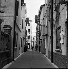 rue battant (caorle 07) (juri_kid_a) Tags: 2017 italia italy veneto caorle june giugno street streetphoto streetphotography streetview calle architecture architettura urban urbano biancoenero bianconero blackandwhite bw bn blackwhite medioformato mediumformat 6x6 120 yashica ilford film filmcamera squareformat pellicola rullino analogica analogico analogue monochrome