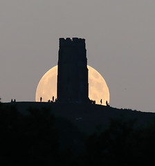 Full Moon Glastonbury Tor (Mukumbura) Tags: fullmoon moonrise moon rising glastonburytor hill tower silhouette evening summer hilltop people astronomy festival mystical avalon glastonbury somerset england night lunar clouds sphere orb surface ruin turrets moonlight black stone waxing gibbous