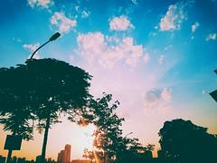 Mỗi khi nhìn lên bầu trời,  a thấy thật nhẹ nhõm.. (proqnemanjas) Tags: hoànghôn hồtây nắng
