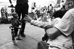 Il saluto - The greeting. (sinetempore) Tags: street torino turin portapalazzo piazzadellarepubblica burattinaio puppeteer marionetta puppet bambina child gioia gioco fun scheletro skeleton ilsaluto thegreeting biancoenero blackandwhite