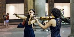 Las dos violinistas (Nebelkuss) Tags: italia florencia violin musicos musician música music canonfd55f12 fujixt1 momentos moment ladrondemomentos instantes instant instantsthieve callejeras street