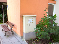Kippen sind Gift für Pflanzen (Wolkenkratzer) Tags: cigarettes karlmarxring sign bench munich neuperlach münchen plants toxin