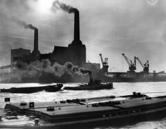95d40/huch/1983/20 (Mercury7) Tags: england blackwhite formatlandscape chimney smoke crane vessel boat tug watertransport europe fox153904 keygeoglondonbatterseapowerstation bl148 london unitedkingdom gbr