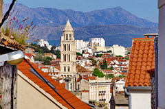 305 - Split, Croatie, Mai 2017 - en descendant du parc  Šuma Marjan, vue sur la vieille ville avec le clocher de la cathédrale (paspog) Tags: split croatie croatia mai may 2017 clocher belltower oldtown vieilleville cathédrale cathedral katedral