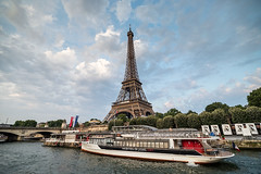 La vedette de París (Juan Ig. Llana) Tags: paris îledefrance francia torreeiffel rio sena ribera agua cielo nubes barco bateau turismo postal irix15mm