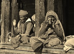 """NEPAL, Pashupatinath, Zu den Hindutempeln und Verbrennungsstätten,  Eine fremde Welt, serie ,  16321/8639 (roba66) Tags: blackwhite bw sw branco negro blackandwhite blancoenero blancoynegro monochrome byn bretoebranco einfarbig schwarzweis roba66 reisen travel explore voyages visit urlaub nepal asien asia südasien kathmandu pashupatinath """"pashu pati nath"""" """"pashupati """"herr alles lebendigen"""" tempelstätte hinduismus shivaiten tempel verehrungsstätte shiva tradition religion menschen people leute frau woman portrait lady portraiture"""
