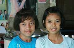pretty young ladies (the foreign photographer - ฝรั่งถ่) Tags: pretty young ladies children khlong thanon portraits bangkhen bangkok thailand canon kiss