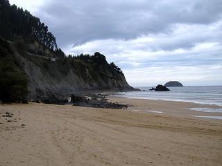 Playa de Laga e isla de Izaro