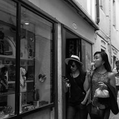 69i60617 (photo & life) Tags: italia italie ville city europe street streetphotography jfl photography photolife™ fujifilm fujinon fujifilmxpro2 fujinonxf14mmf28r 14mm humanistphotography squareformat squarephotography noiretblanc blackandwhite venise women