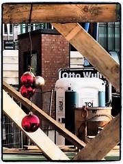 Weihnachtsdeko im Baumzaun (1elf12) Tags: hafencity harbour hamburg hansestadt weihnachten xmas christmas bauzaun baustelle dixi germany deutschland
