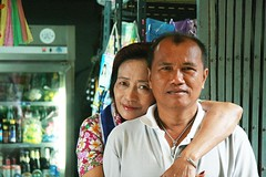 a loving couple (the foreign photographer - ฝรั่งถ่) Tags: man woman husband wife convenience store khlong thanon portraits bangkhen bangkok thailand canon kiss