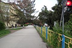 trottoir à Ужгород (8pl) Tags: ужгород trottoir rue barrière couleurs ukraine feux feurouge gens