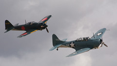 Mitsubishi A6M5 Model 52 Zero chasing after Douglas SBD-5 Dauntless at Planes of Fame Air Show 2017 (tom@f) Tags: chino sanbernardino socal california ca usa us unitedstates unitedstatesofamerica douglas sbd5 dauntless ericksonaircraftcollection planesoffameairmuseum planesoffame museum aircraft plane mitsubishi zero a6m5 a6m 零式艦上戦闘機 零戦 sony nex nex5t apsc emount sel55210 telephoto telephotolens
