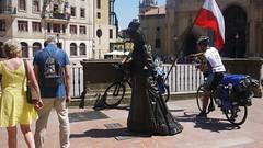14-07-17 004 (Jusotil_1943) Tags: 140717 ciclistas bicicletas bandera oviedo escenas urbanas peregrinos mochila escultura