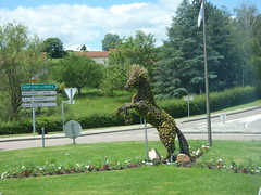 Route de la Digue, Cluny - horse sculpture (ell brown) Tags: cluny france burgundy bourgogne saôneetloire mâcon bourgognefranchecomté clugny tree trees dukewilliamiofaquitaine horse horses coach roundabout trafficisland routedeladigue horsesculpture routedemassilly