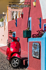 Le scooter rouge (Lucille-bs) Tags: europe grèce cyclades santorin santorini fira thira scooter rouge 2roues architecture couleur
