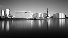Berlin Westhafen 2017-06-18 (Pascal Volk) Tags: berlin moabit westhafen binnenhafen westhafenkanal westhafencanal kanal canal whk bundeswasserstrase sylterstrase eckernförderplatz inlandport puertointerior langzeitbelichtung bulb longexposure largaexposición slowshutter poseb spiegelung reflexion reflection reflexión reflejo réflexion wasserspiegelung reflexióndelagua waterreflection wideangle weitwinkel granangular superwideangle superweitwinkel ultrawideangle ultraweitwinkel ww wa sww swa uww uwa architecture architektur arquitectura bauwerk building gebäude komplex buildingcomplex gebäudekomplex baukomplex canoneos6d canonef1635mmf4lisusm 24mm leefilters lee15stop leesuperstopper nd30000x manfrotto mt055xpro3 468mgrc2 berlinmitte artinbw schwarz weis black white blackandwhite schwarzweis sw bw bnw monochromemonday