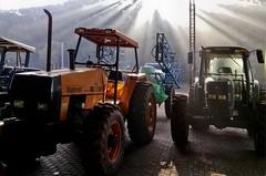 Máquinas_03 (Parchen) Tags: máquinas maquinário agrícola galpão galpãodemáquinas fega sol nascer nascerdosol contraste contraluz raios solares luz tratores trator tratoragrícola foto fotografia imagem registro parchen carlosparchen
