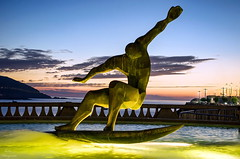 Surfing... (Leo ☮) Tags: surf surfing fuente escultura cielo sky color light luz junio noche dusk sanjuan agua water acoruña galicia