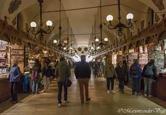 onder de toren (Marjon van der Vegt) Tags: polen krakau marktplein koppen versiering mensen straat buiten standbeelden torens paarden schoonheid