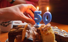 Fifty shades of cake (guenther_haas) Tags: 50 birthday geburtstag kuchen cake kerzen candles geburtstagsfeier party 50th hand finger fingers kerze candle omd em5 1240mm mzuiko f28 shades fifty burning