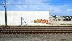 Le temps  file (Robert Saucier) Tags: allemagne germany train ciel sky cityscape bleu blue flou blur rails graffiti tag nuages clouds mur wall poteau img2046