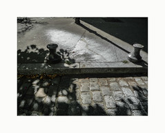 Sans titre (hélène chantemerle) Tags: sol pavés ombres tache trottoir paris rue street ground cobblestones sidewalk shadows patch