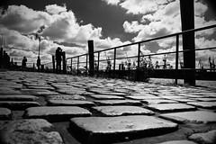 Hafen. Aussicht. (HansEckart) Tags: bw hamburg perspektive sichten schwarzweiss menschen pflasterstein silhouetten gegenlicht wolken