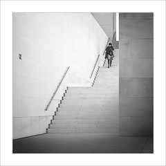 Chica en l'escala VI / Girl in the stairs VI (ximo rosell) Tags: ximorosell bn blackandwhite blancoynegro bw buildings barri arquitectura architecture abstract abstracció squares stairs people paisatgeurbà nikon d750