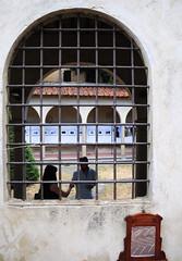 Oltre la grata (giovanni tiezzi) Tags: arezzo toscana italia italy italie tuscany finestra window railing balustrade fenêtre grata