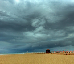 Blue vs Grey (Robyn Hooz) Tags: nuvole chioggia spiaggia temporale storm sottomarina bagnasciuga sabbia giallo grigio noi bad
