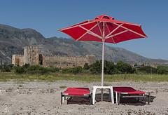 Frangokastello (sirona27) Tags: frangokastello kastell venezianisch gebäude mauer strand sonnenschirm liegen sand berge