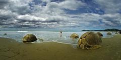 moeraki 5b (Bilderschreiber) Tags: moeraki bolders one beach strand sky clouds wolken ball globe stone steine neuseeland newzealand südinsel southisland