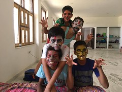 Les volontaires et enfants déguisés en Inde - GlobAlong (infoglobalong) Tags: inde visite tajmahal excursions enfants garçons orphelinat jaipur activités enseignement jeux bénévoles international volontaire humanitaire