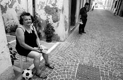 Le voyeur...un anarchiste (rossolev) Tags: roccasangiovanni adele mario italia italie italy beppegrillofapena bn bianconero corso corsogaribaldi photostreet fotodistrada ritrattodentro ritrattoconilgrandangoloenonconilteleperchèbisognaentraredentrolazione street vita