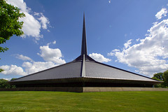 Columbus, Indiana | North Christian Church 03 (Christopher James Botham) Tags: columbus indiana midwest architecture building modern modernism midcentury midcenturymodern day daylight sun sunlight saarinen eerosaarinen church northchristianchurch spire symmetry