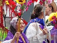 Smile (onnola) Tags: karnevalderkulturen 2017 kdk karneval carnival carnivalofcultures berlin deutschland germany kreuzberg umzug fest strasenfest multikulturell streetfestival multicultural kostüm costume dress traditionell traditional lächeln smile frau woman blumen flower