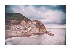 Manarola III (kougnoff) Tags: canon couleurs color cadre mer seascape italie italy landscape liguria ligurie paysage 1740l eos5dmarki filtre gnd grandangle wideangle