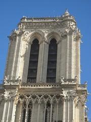 Une tour - tour sud de Notre-Dame de Paris -