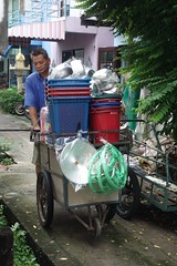 housewares vendor and his cart (the foreign photographer - ฝรั่งถ่) Tags: aug282016sony man street vendor cart housewares ambulatory khlong lat phrao portraits bangkhen bangkok thailand sony rx100