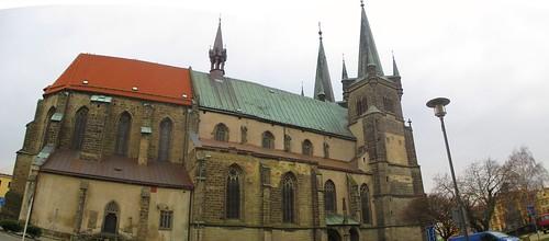 Pohled na arciděkanský kostel z ulice Resselovo náměstí
