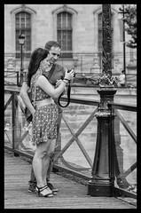 1 appareil photo pour 2 - 1 camera for 2 (P. Eric) Tags: amoureux paris personnes pontdesarts