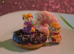 Smile on Saturday #tinytoys (Argentarius85) Tags: nikond5300 nikkor50mm18g 50mm smileonsaturday tinytoys bokeh schatten shadows colours farben überraschungsei surpriseegg figuren figures donuts foodporn food essen