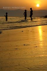 Sunset at the seaside (Guervós) Tags: playa seaside beach marbella costadelsol residencia tiempolibre málaga andalucía andalusia españa spain reflejos reflections naranja orange arancia mar mare mediterráneo mediterranean sea niño kid bambimo enfant tramonto sunset غروب ocaso ocàs eguzkisarrera सूर्यास्त 日落 sonnenuntergang coucherdesoleil pôrdosol костадельсоль 太阳海岸 espagne spanien spagna 西班牙 espanya स्पेन ہسپانیہ espainia espanha spanje